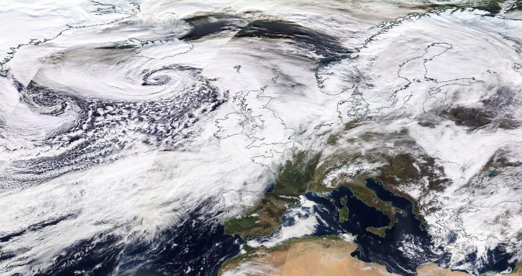 Сателитна снимка на НАСА, показва формирането и позицията на бурята Денис на 16 февруари (горе в ляво)