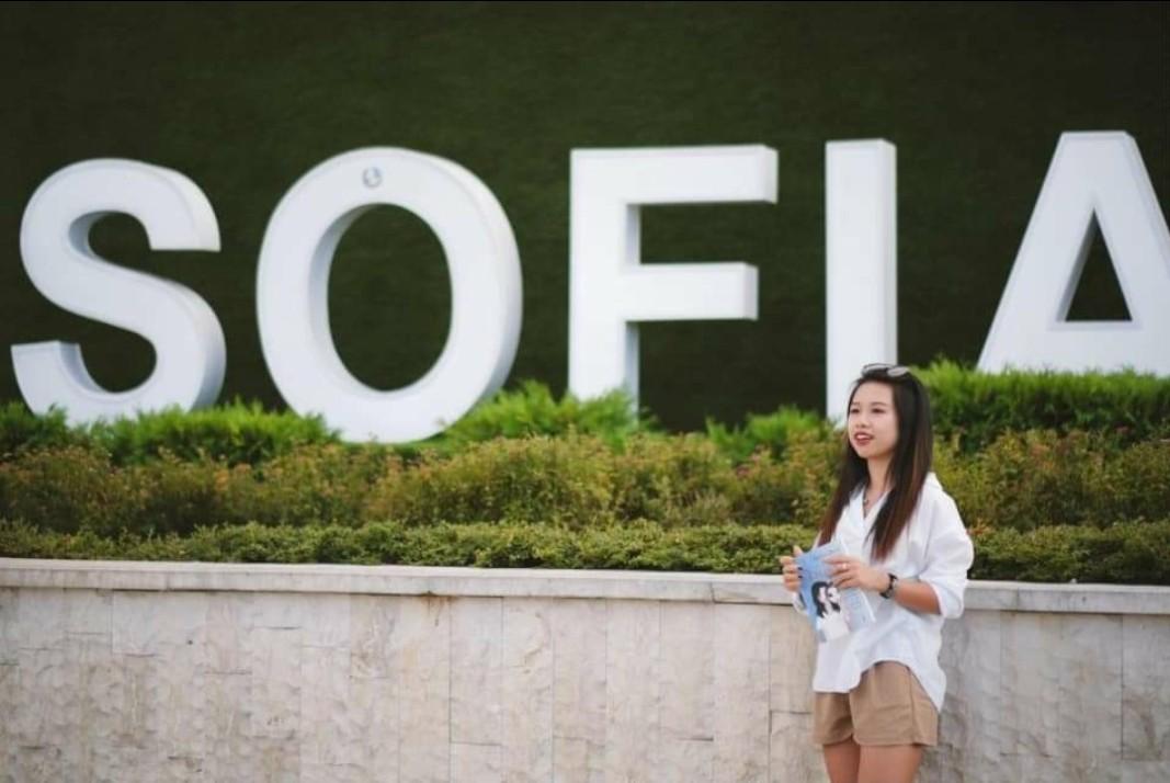 Илияна харесва много София, а като любимо място за почивка посочва Бургас.