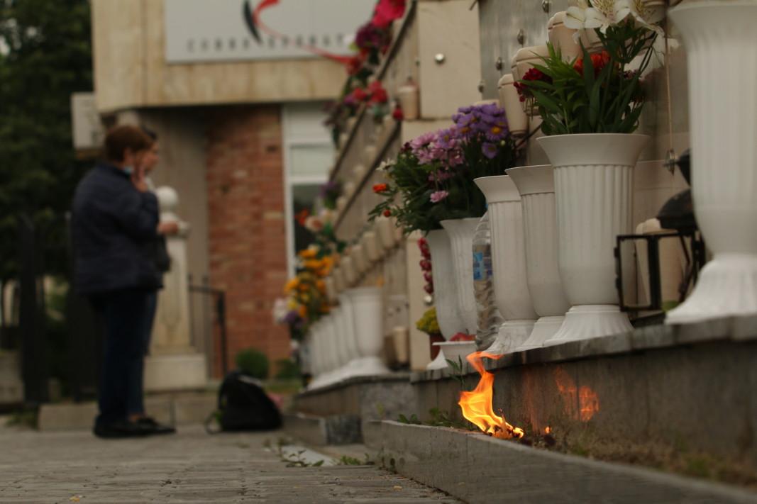 Днес на Централните софийски гробища много хора палят свещи  и оставят цветя и череши за Задушница.