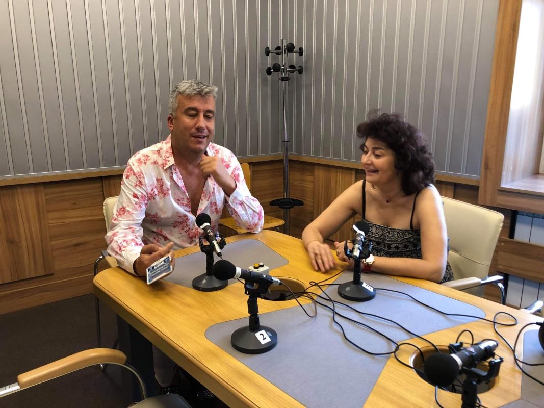 Атанас Лазаров с Магдалена Гигова в студиото на Покана за пътуване. Снимка Гергана Драмалиева