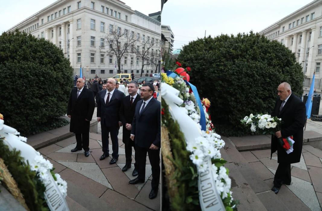 Бойко Борисов и членове на правителството пред паметника на Левски в София. Снимки: БГНЕС
