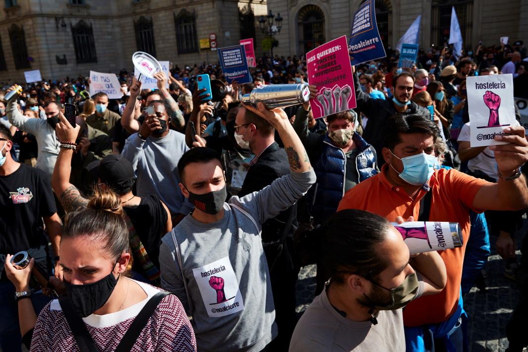 Работници в заведенията в Барселона протестират срещу ограниченията в сектора, наложени поради продължаващата пандемия на коронавируса, която спря нощния живот в каталунската столица, 28 октомври 2020 г.