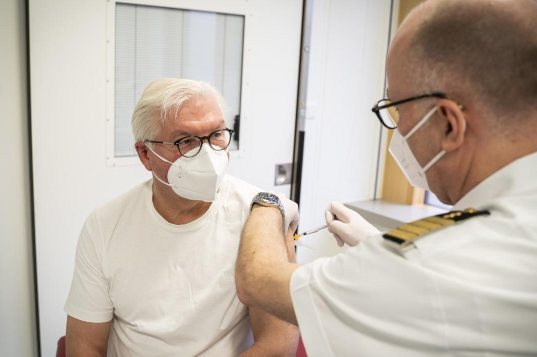 Германският президент Франк-Валтер Щайнмайер се ваксинира с препарата на АстраЗенека в болницата в Бундесвера в Берлин, 1 април 2021 г.