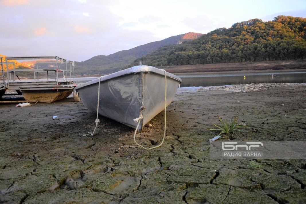 Самотни лодки се белеят на дъното на най-големият язовир в Източна България -