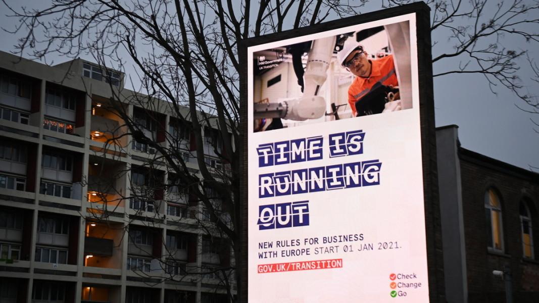 Билбордове от разяснителна кампания за бизнеса напомнят за промените, настъпващи от 1 януари 2021 г. Снимка: ЕПА/БГНЕС