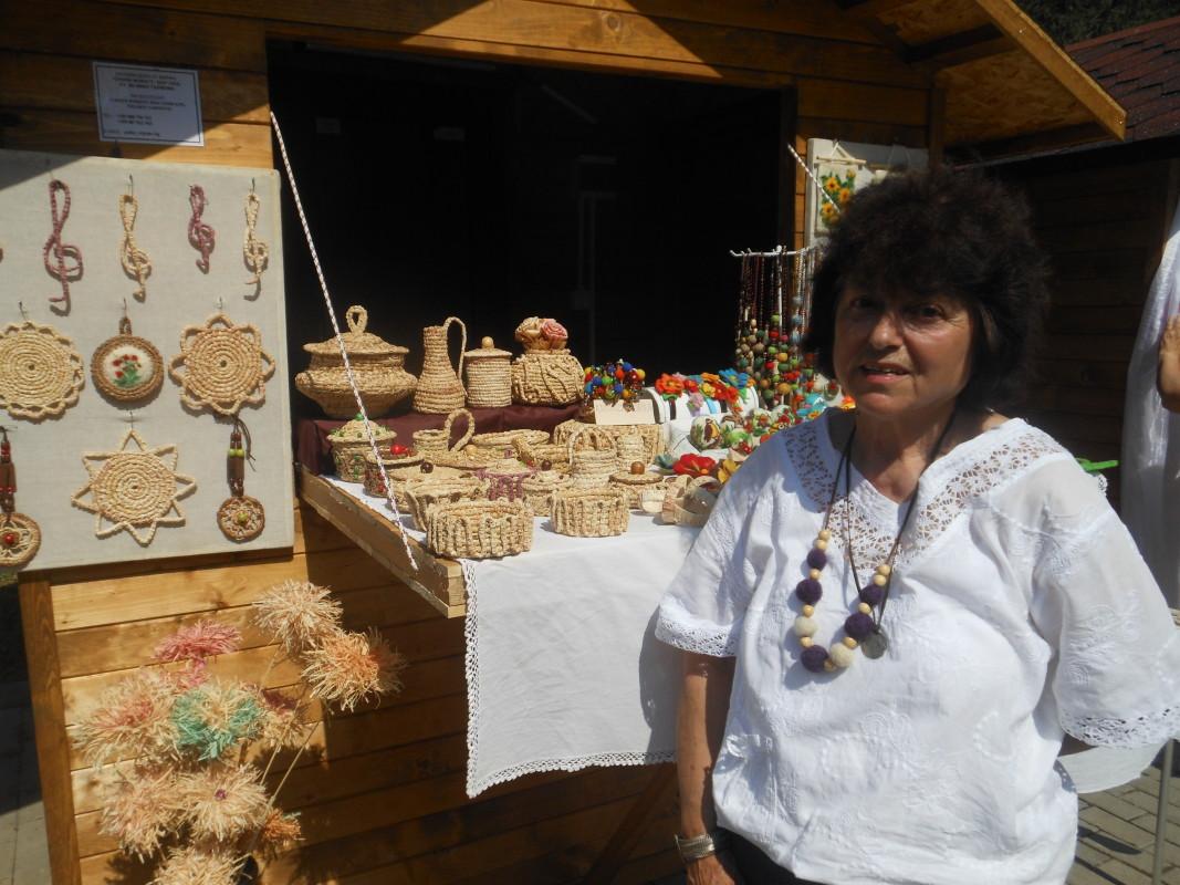 Бистра Николова плете предмети от листа на царевица