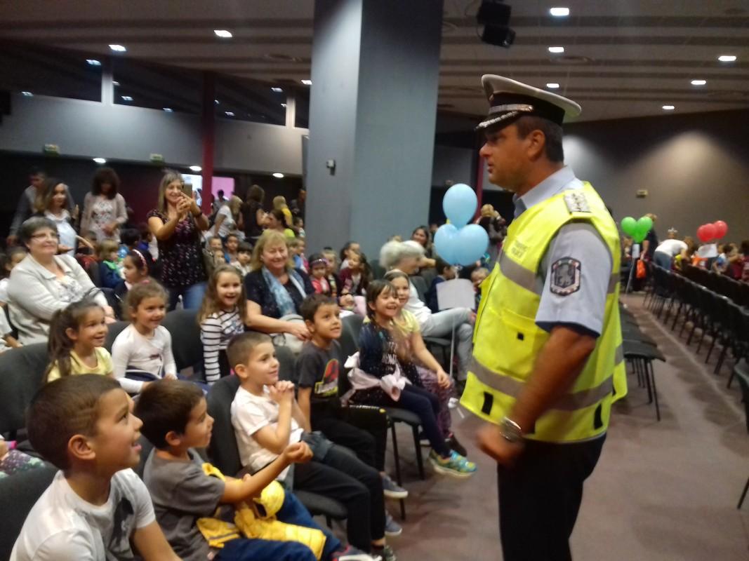 Инспектор Ботьо Гиргинов от КАТ на среща с деца от пловдивски детски градини