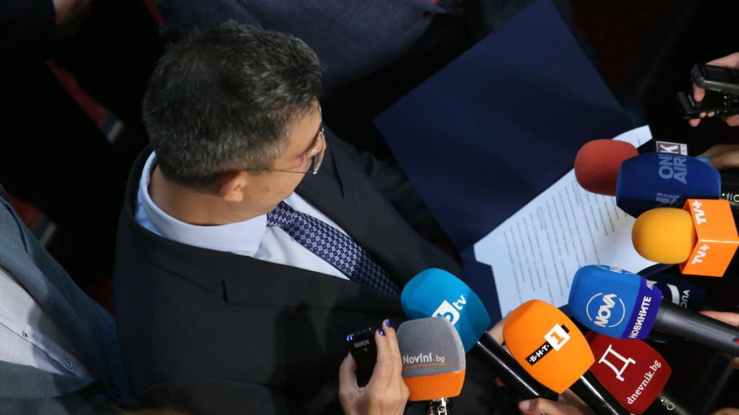 Пламен Николов пред журналисти след началото на разговорите с политическите партии, от които ИТН търси подкрепа за кабинет.