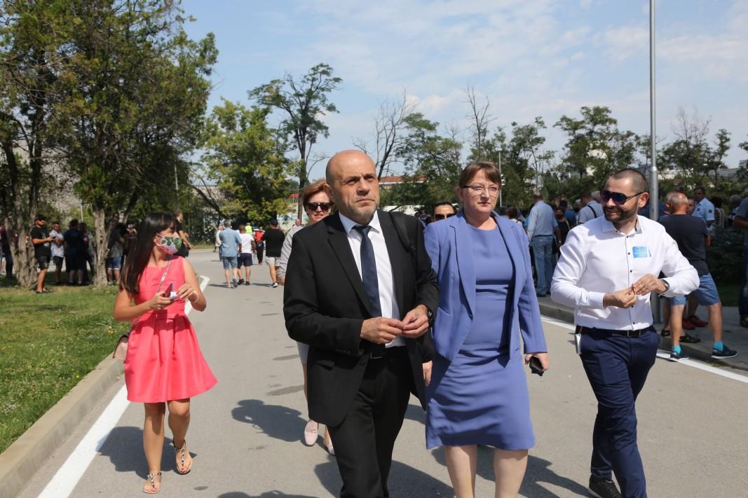 Деница Сачева и Томислав Дончев при пристигането си на конференцията на ГЕРБ