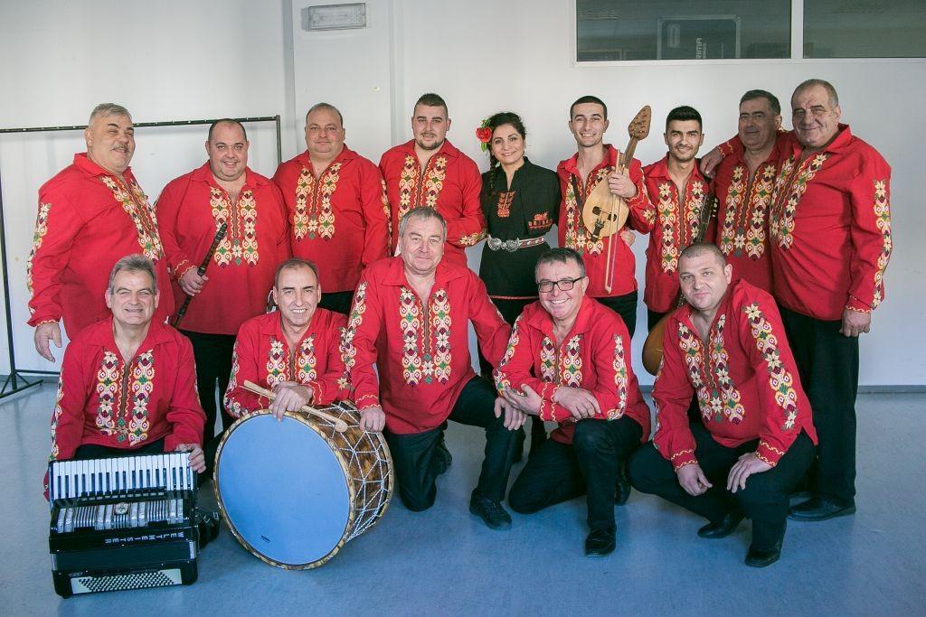 Николета Николова с музикантите от Дъбенската група в БНТ. (снимка: В. Люртова)