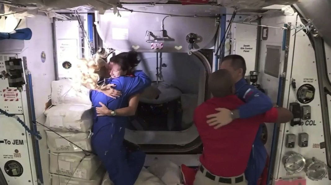 Посрещането на пристигналите на МКС астронавти. Снимка БТА