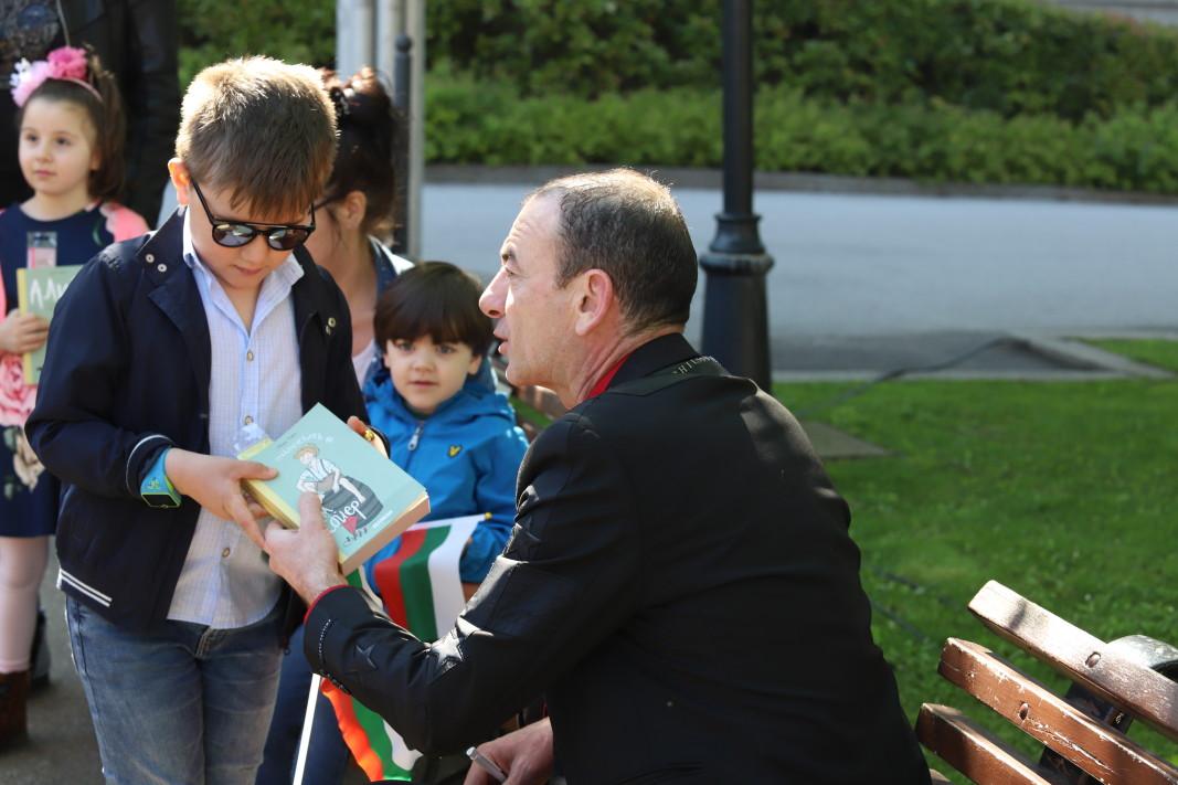 Актьорът Димитър Маринов също беше пред Националната библиотека.
