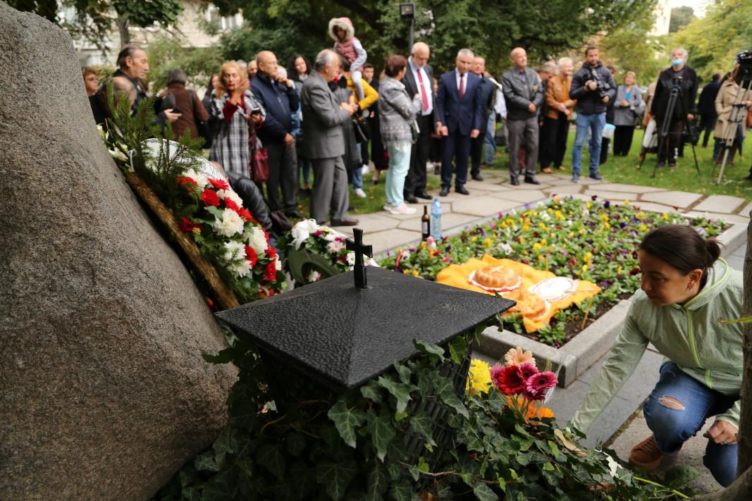 Поклонението в памет на Иван Вазов, 22 септември 2021 г., на гроба на твореца в София/Снимка: БГНЕС