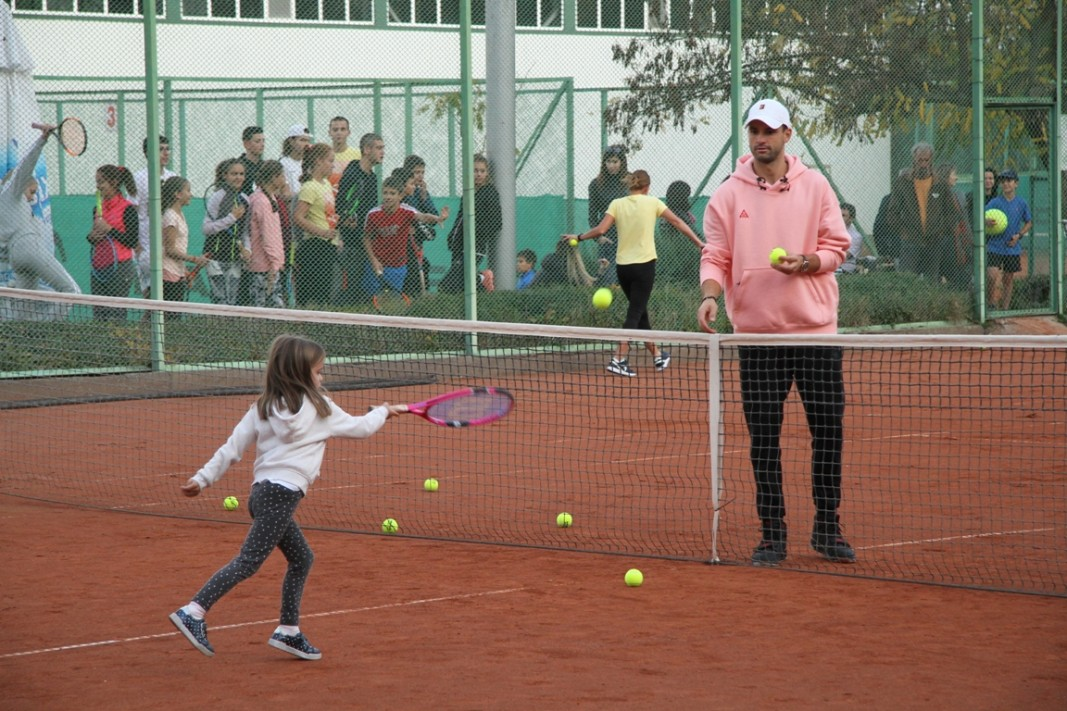 Григор Димитров игра с десетки деца.