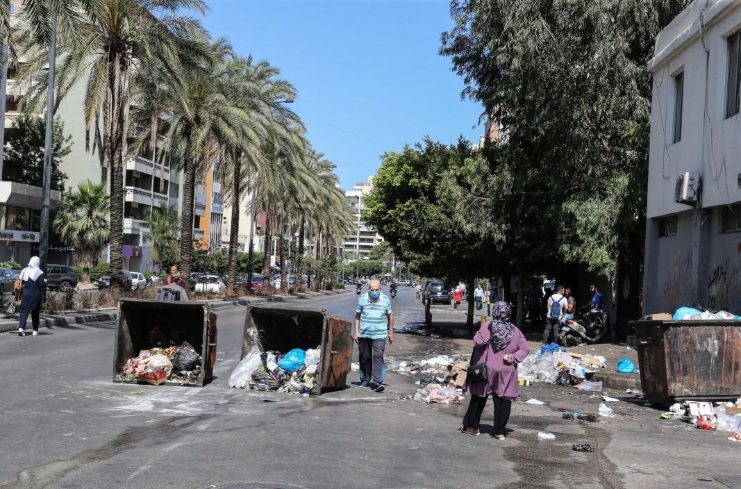 Барикада от контейнери за боклук по време на генерална стачка в Бейрут, Ливан, 17 юни 2021 г. Стачката беше организирана в знак на протест срещу политическата и икономическа криза в страната на фона на непрекъснатото спиране на тока, високите разходи за живот и ниската покупателна способност, както и неспособността на политическите лидери да сформират правителство.