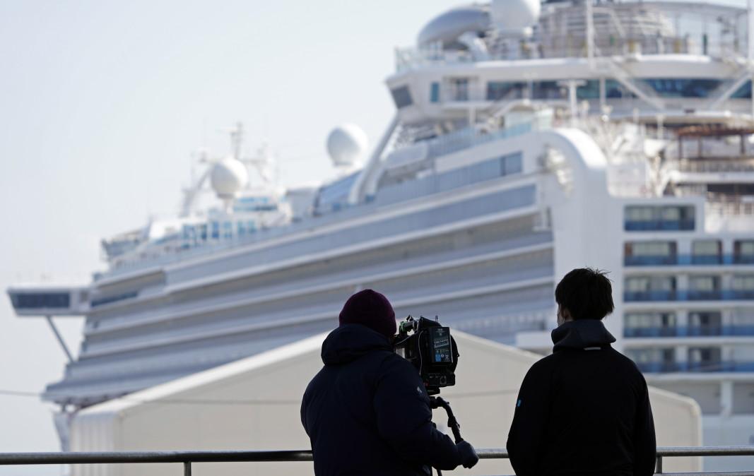 Японски телевизионен екип снима круизния кораб