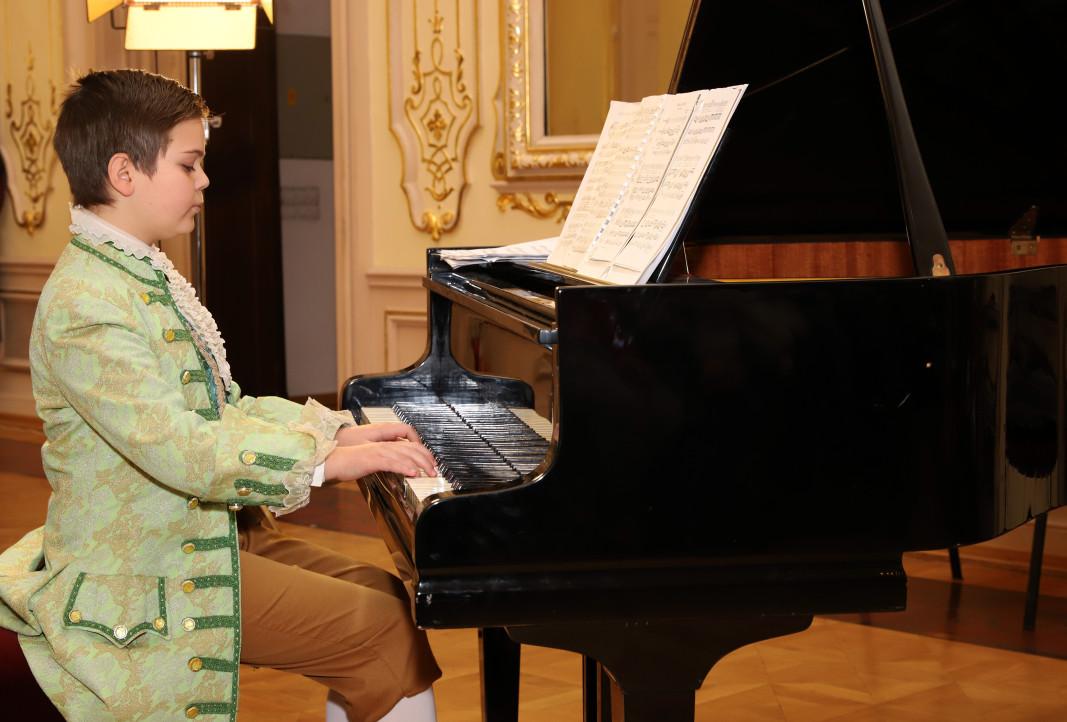 """11-годишният пианист Ивайло Василев, наричан """"Малкият Моцарт""""."""