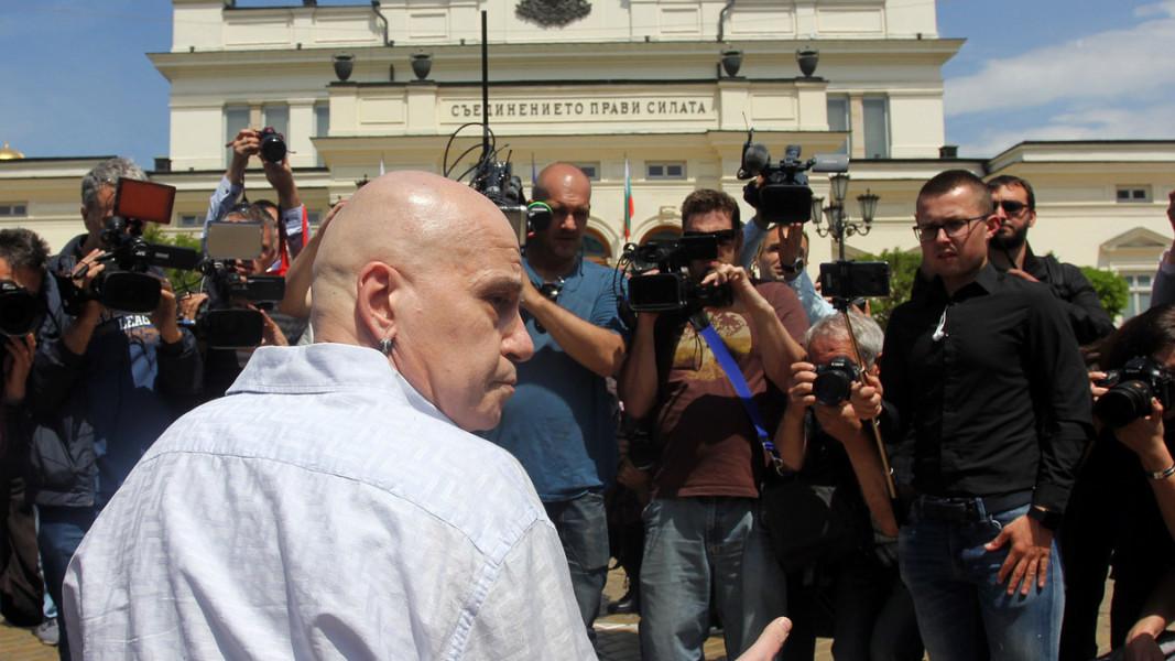 Слави Трифонов на протест пред парламента, 2017 г.  Снимка: БГНЕС