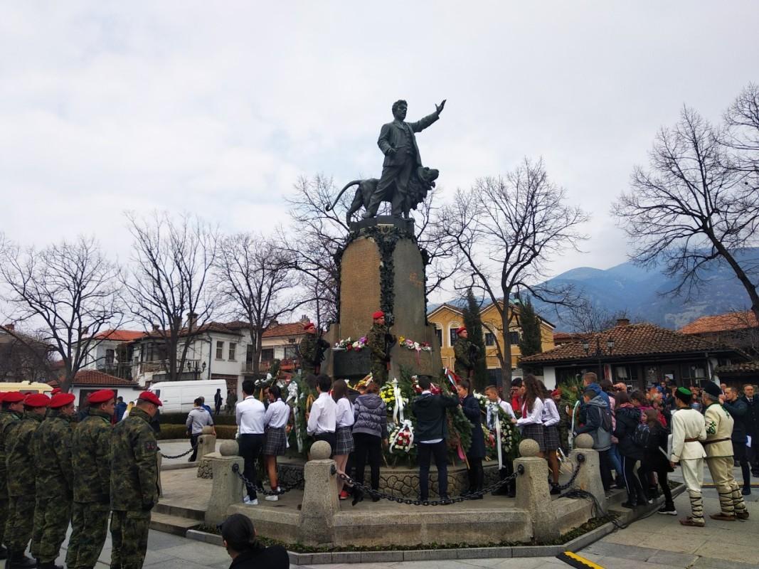 Деца поднасят цвета на паметника на Апостола на свободата