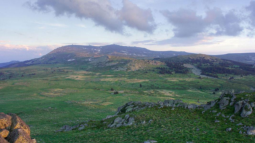 Черни-Врых (на горизонте в середине)