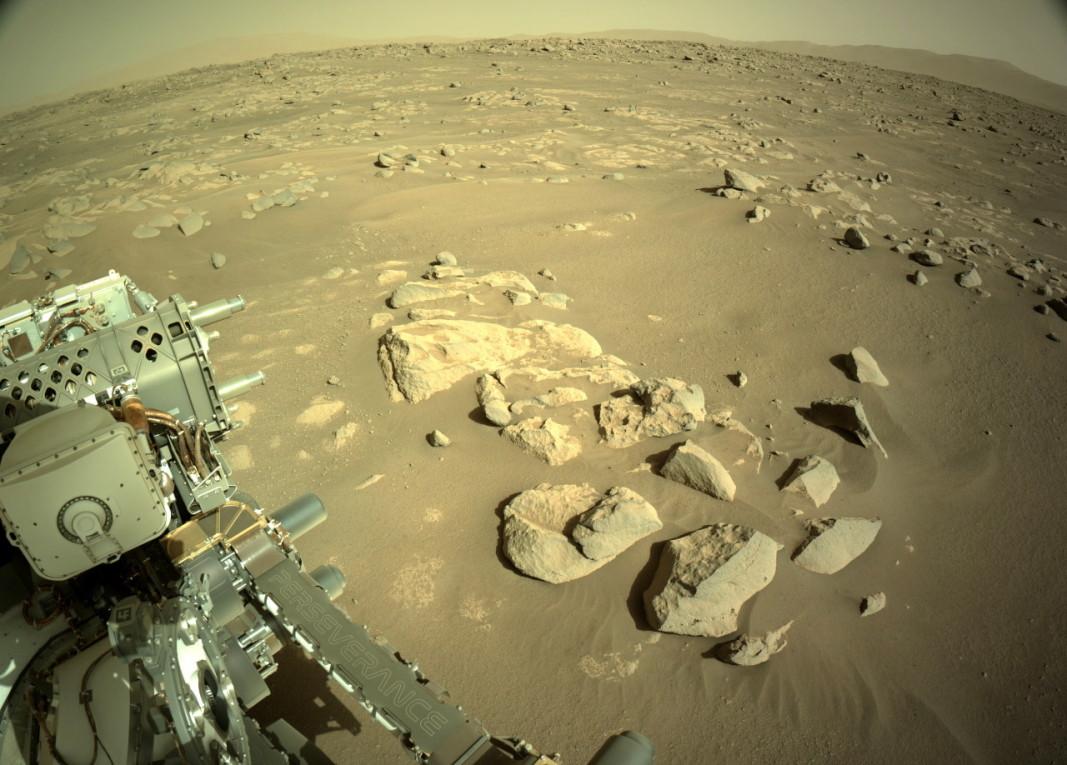 Снимка, предоставена от НАСА, показва пейзажа около марсохода Perseverance.