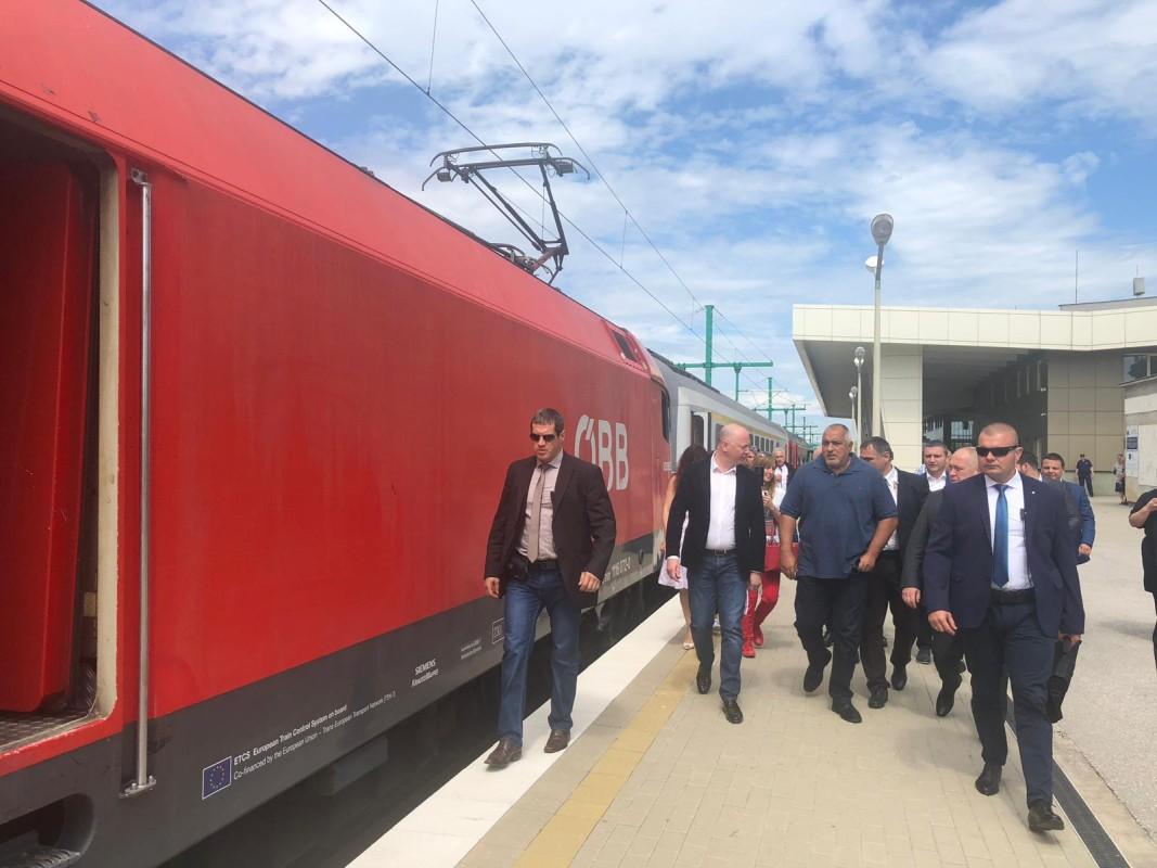 1444a6282c5 Полагането на нов железен път по отсечката София-Елин Пелин инспектира  министър-председателят Бойко Борисов заедно с министъра на транспорта, ...