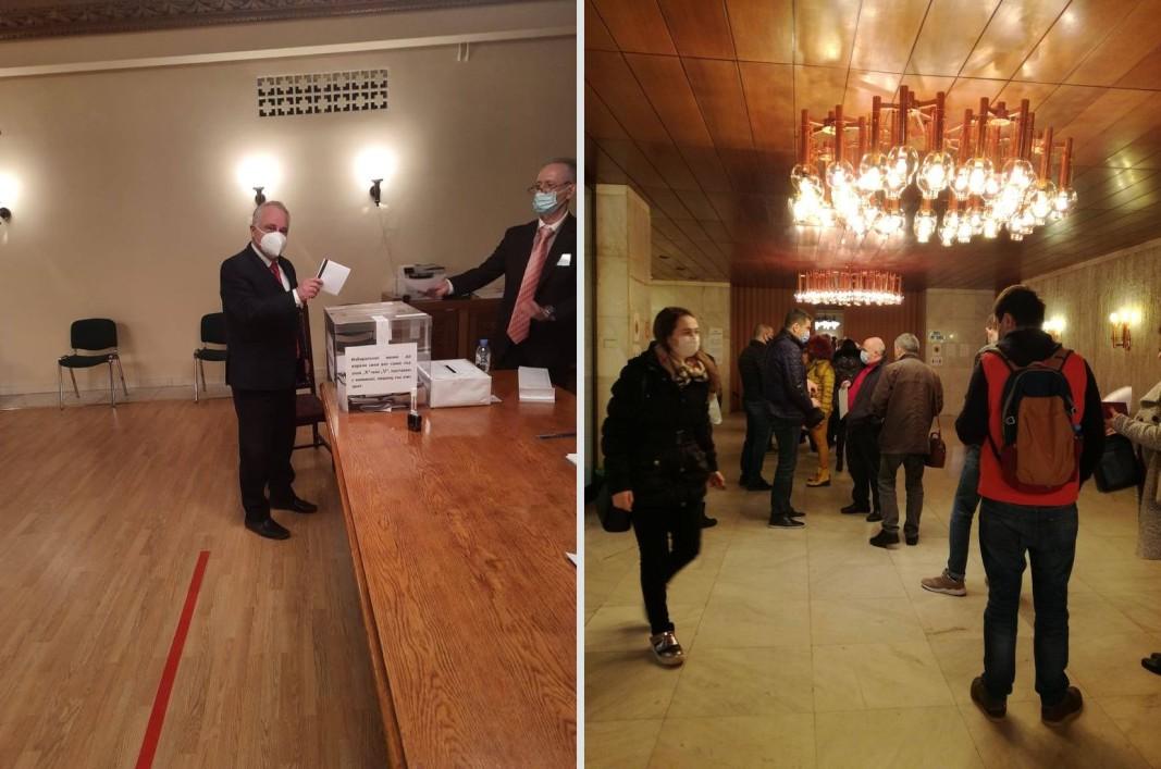 Посланикът ни в Русия Атанас Кръстин гласува в посолството ни в Москва, докато избиратели чакат своя ред.