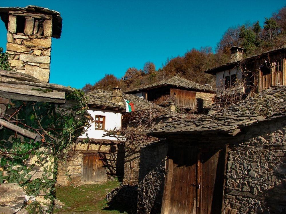 Sobre los adoquines del pueblo de Leshten