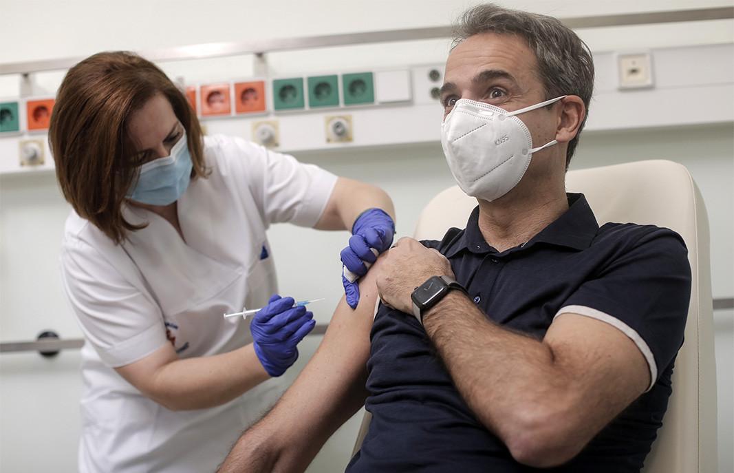 El primer ministro griego, Kyriakos Mitsotakis, se vacuna contra la Covid-19