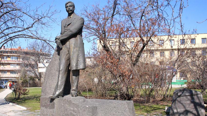 Паметникът на Яворов в Чирпан