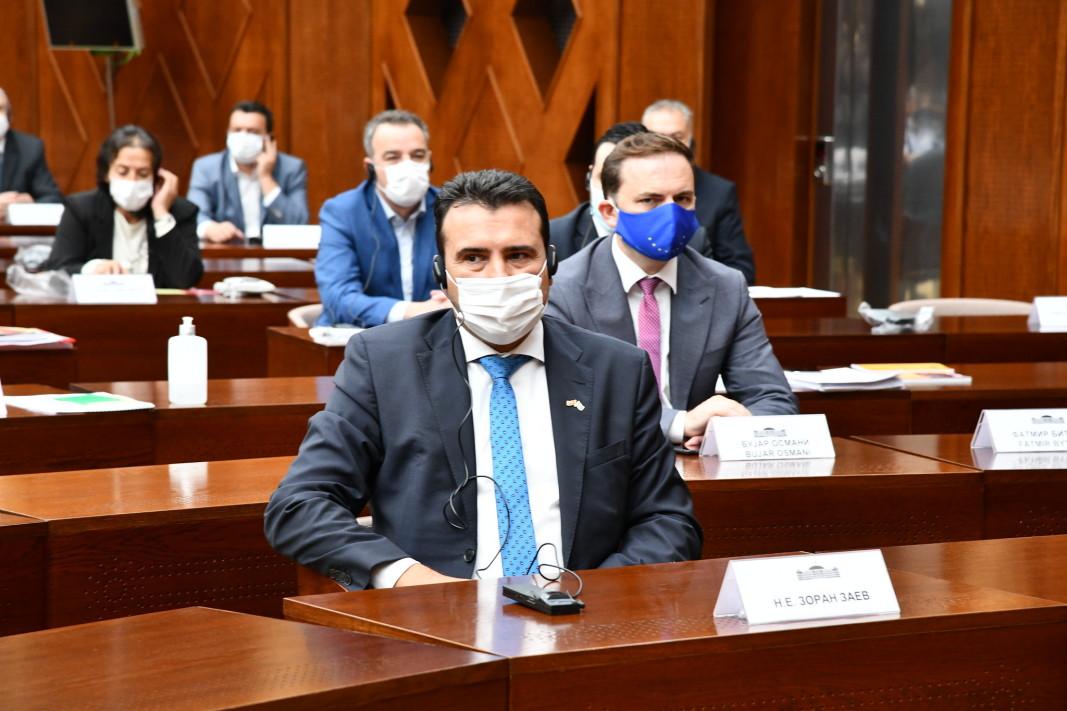 Заев в парламента чака да узнае резултата от гласуването, което се проведе в отсъствието на опозицията и никой не даде вот против - 3 март 2021 г.
