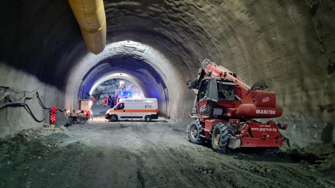 "Извадиха затрупаните в тунел ""Железница"""