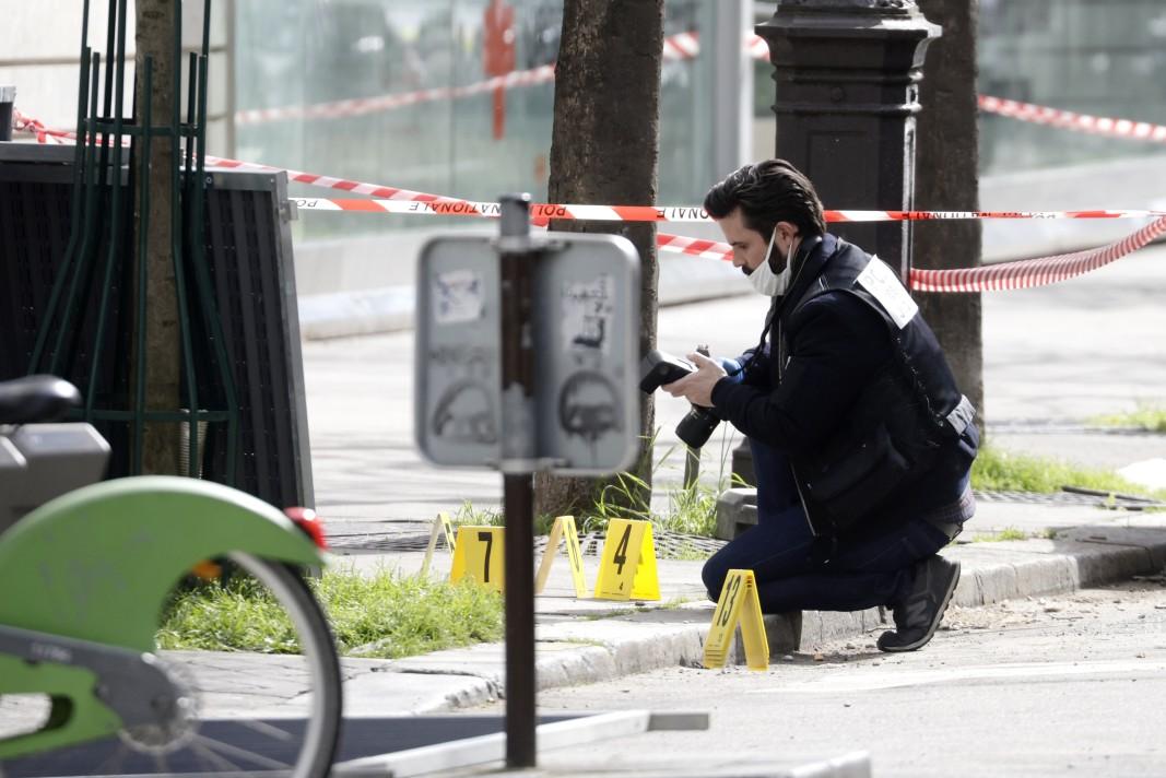 Съдебен фотограф работи на местопрестъплението в близост до болница Анри Дюнан в Париж, 12 април 2021 г.