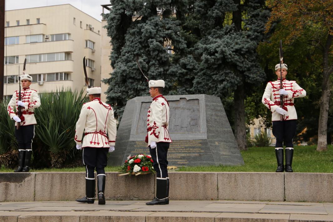 В София пред Паметника на Независимостта на площад Княз Александър I, Националната гвардейска част проведе ритуал по полагане на венци по повод 113 години от обявяването на Независимостта на България; Снимка: БГНЕС