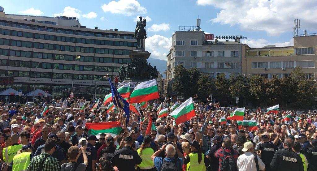 """Протестът пред парламента в София под мотото """"Оставка, съд и смяна на системата""""."""