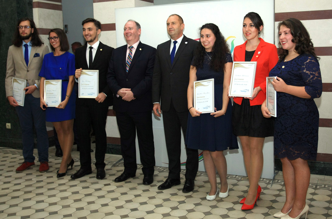 Президентът Румен Радев връчи отличия на 7 български младежи, които