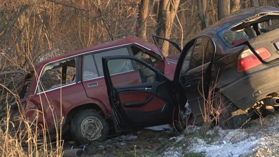 Тежка катастрофа стана вчера на пътя между селата Мусина и Михалци, област Велико Търново. Челно са се ударили два леки автомобила - БМВ и Лада. Има един загинал - водачът на Ладата, който е на 75 години. Другият водач е с черепно-мозъчна травма и е откаран във Великотърновската болница. Причините за катастрофата се изясняват. По случая е започнато досъдебно производство.