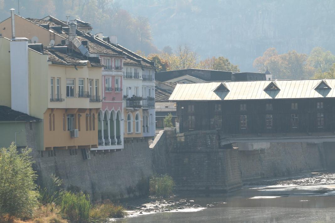 Живописният Ловеч е разположен от двете страни на река Осъм, която излизайки от скалиста теснина, прави няколко извивки между хълмовете Стратеш, Хисаря и Баш бунар.