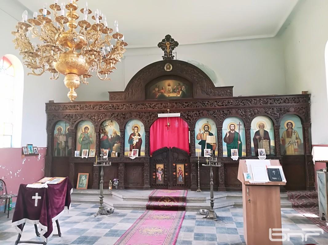 Иконостасът на църквата Свети Дух, ремонтиран в Кърджали