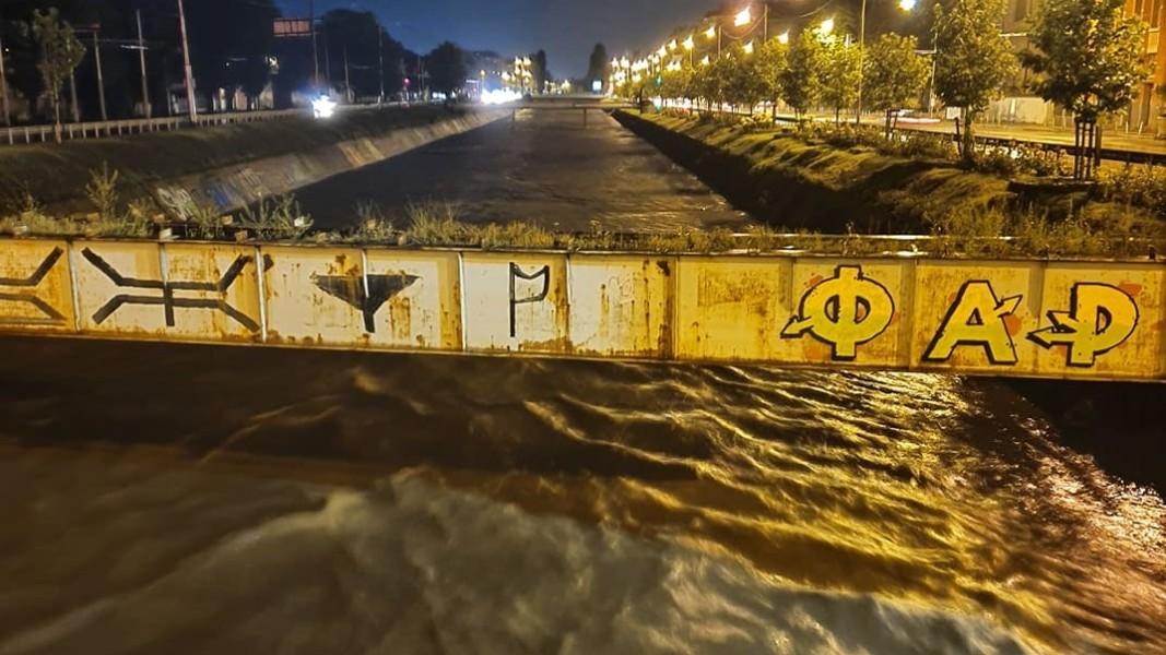 """Перловската река излезе извън коритото си и по столичния булевард """"Сливница""""."""