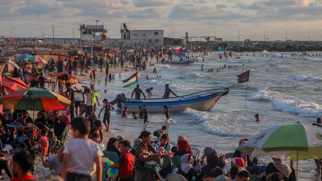 Палестинци се радват на морето на плаж в Газа. Юни, 2020 г. Снимка: ЕПА/БГНЕС