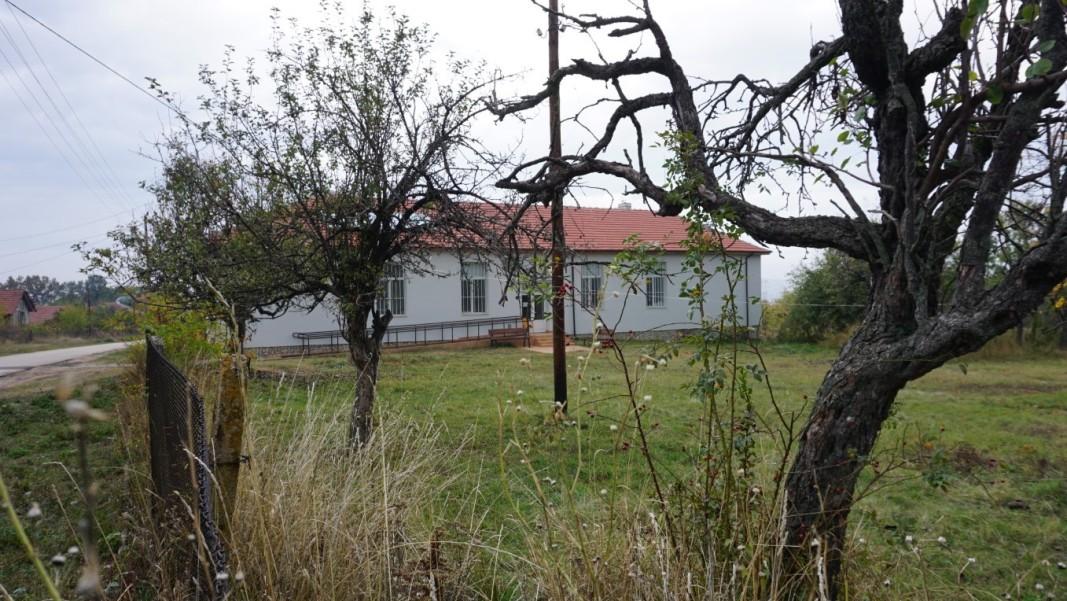 Закритото преди 30 години училище в Дъбравка днес е социален център.