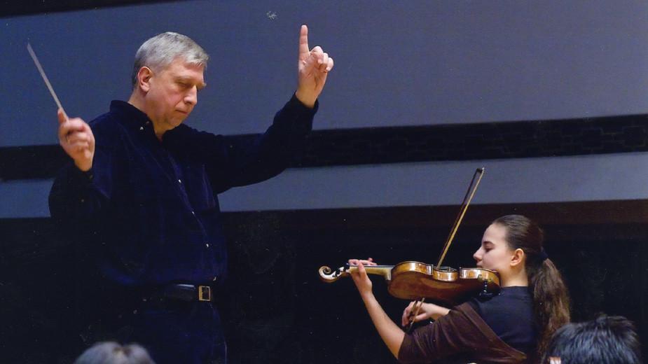 Диригентът Ангел Станков репетира програма, в която солира неговата ученичка цигуларката Кристина Хинова. Снимка: личен архив на Ангел Станков