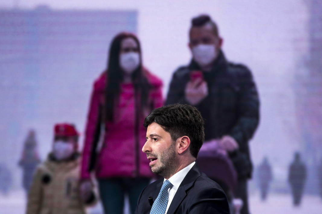 Италианският министър на здравеопазването Роберто Сперанца участва в телевизионно предаване