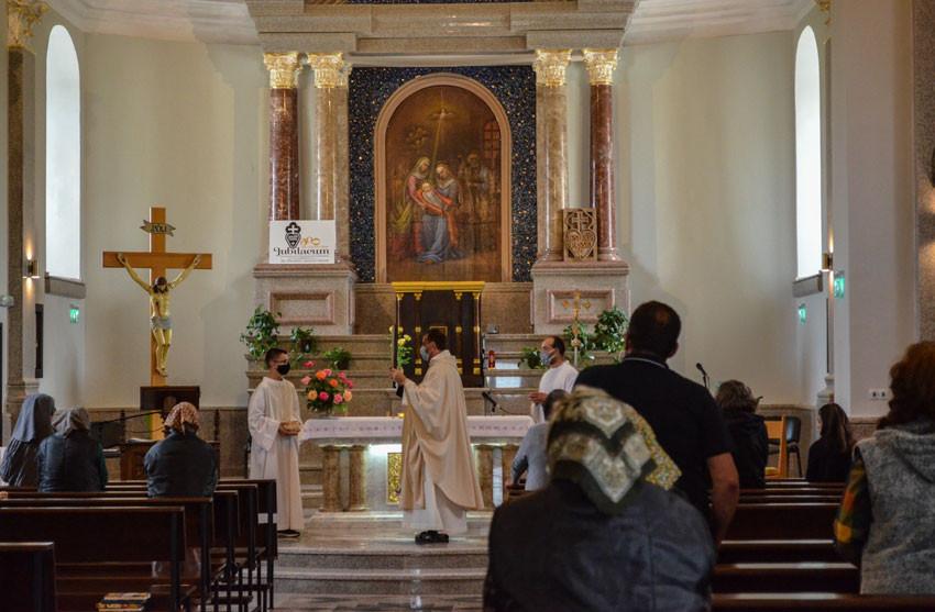 Le père Paolo Cortesi célèbre la messe du dimanche