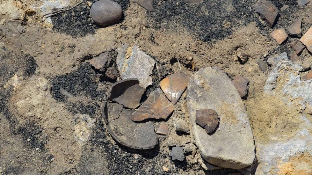 Счупен съд от древно земетресение, разрушило част от селището преди хилядолетия