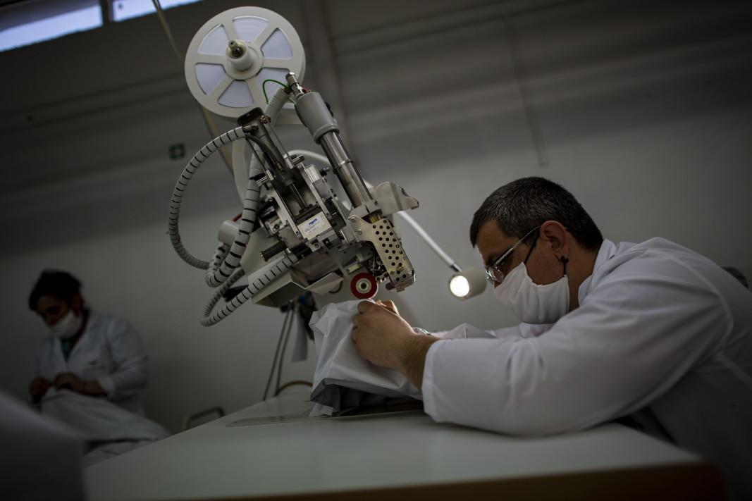 Производство на  защитни облекла, препятстващи проникването на вируси, Враца - 18 март 2020 г.