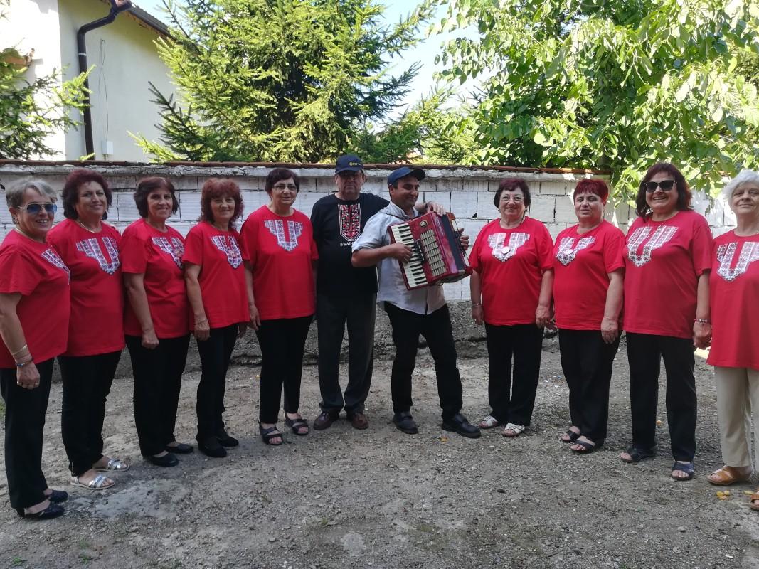 Певческа група от Клуба на готините баби- преди изявата