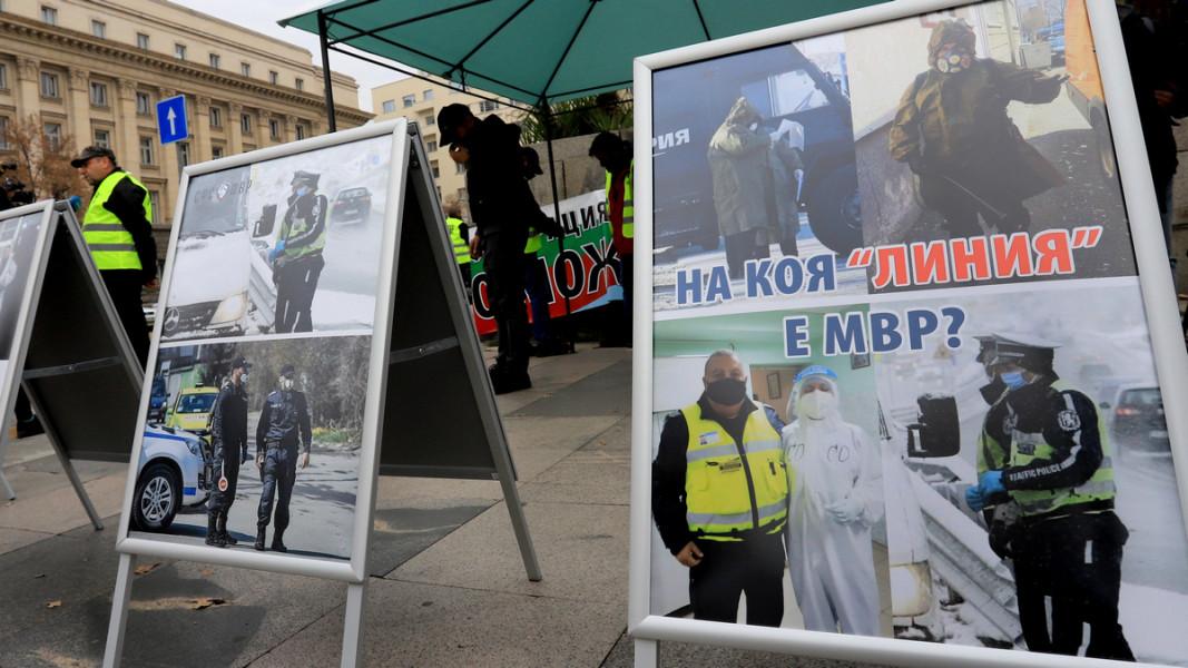 Част от изложбата, която полицаите подреждат в центъра на София  Снимка: БГНЕС