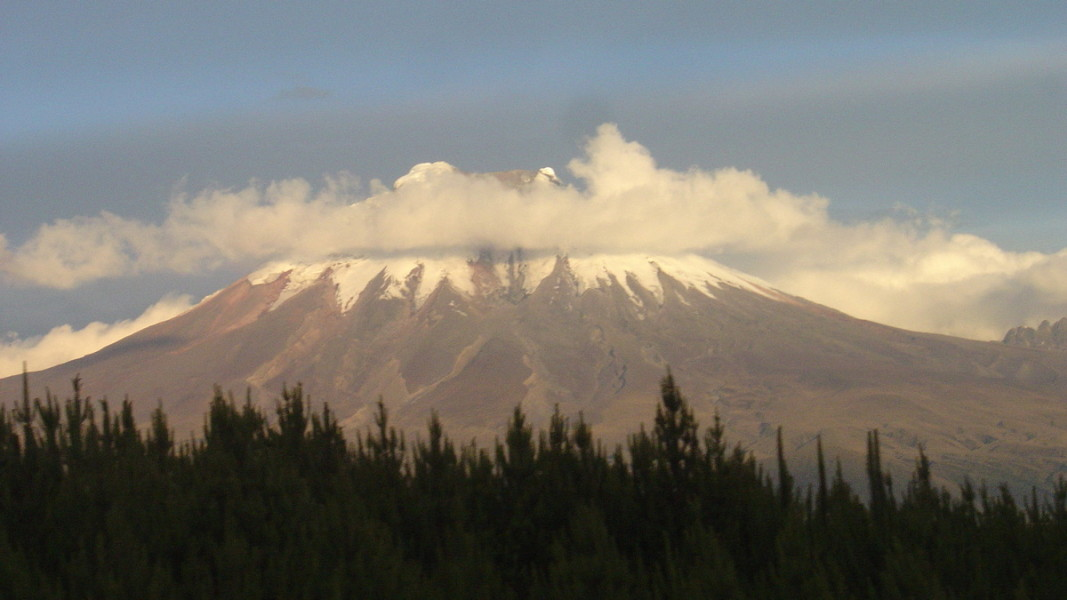 Гледка към  вулкана  Чимборасо, който се намира в Андите, в Централен Еквадор, на 150 km югозападно от столицата Кито